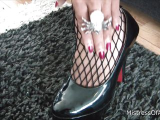 glamorous asian dominant-bitch receives her feet worshipped